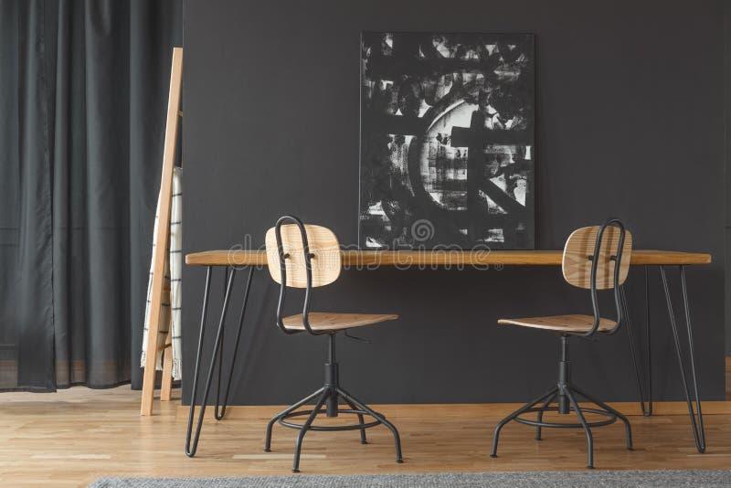 在餐桌上的黑绘画 库存照片