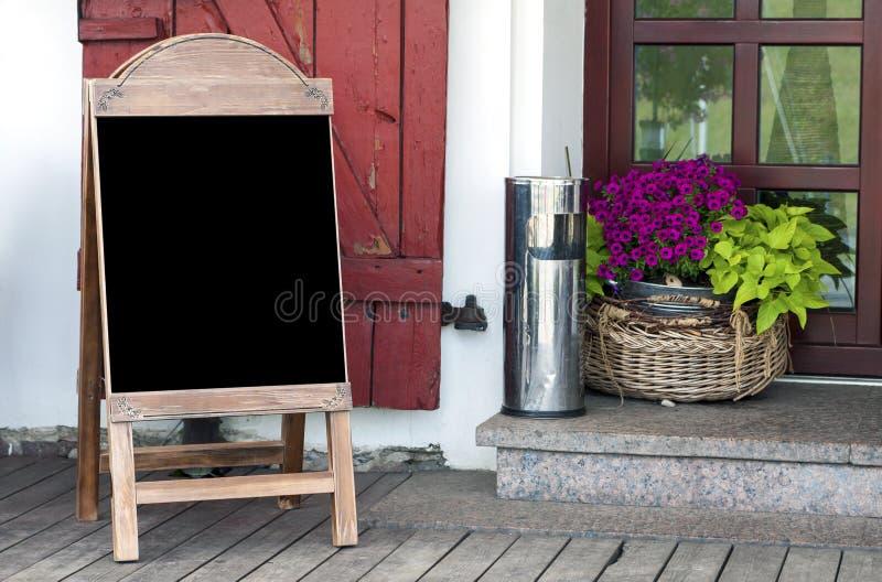 在餐馆入口的空的菜单板 免版税库存图片