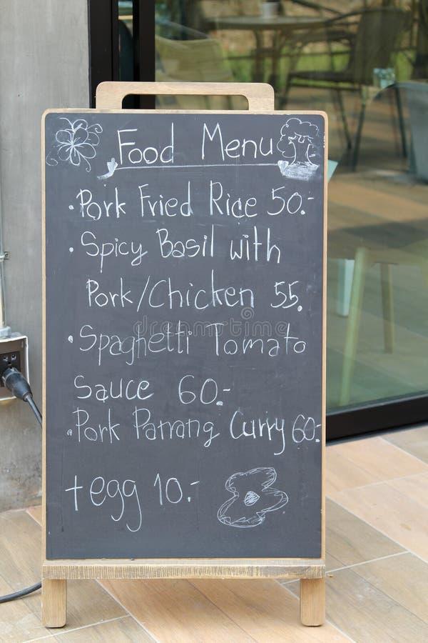 在餐馆前面的木菜单黑色委员会立场 免版税库存照片