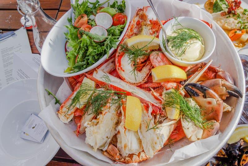 在餐馆混合海鲜,虾用调味汁 免版税库存照片