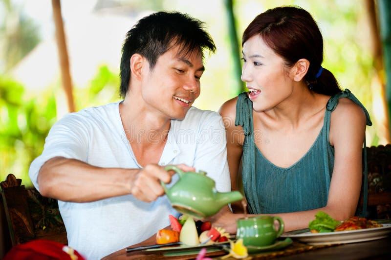 在餐馆的夫妇 免版税库存照片
