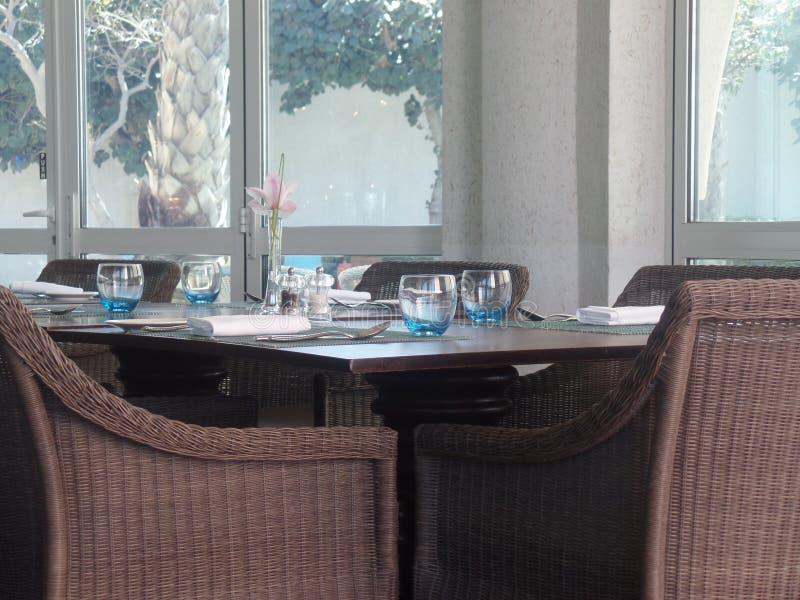 在餐馆的室内就座 免版税库存照片