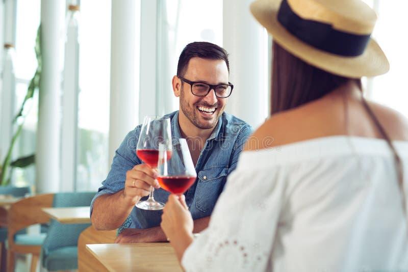 在餐馆的愉快的夫妇用餐和饮料酒 免版税库存图片