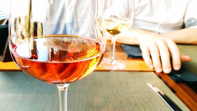 在餐馆的玫瑰酒红色 免版税库存照片