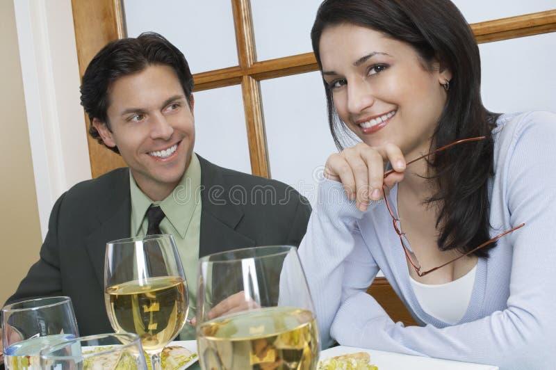 在餐馆的年轻夫妇 库存图片