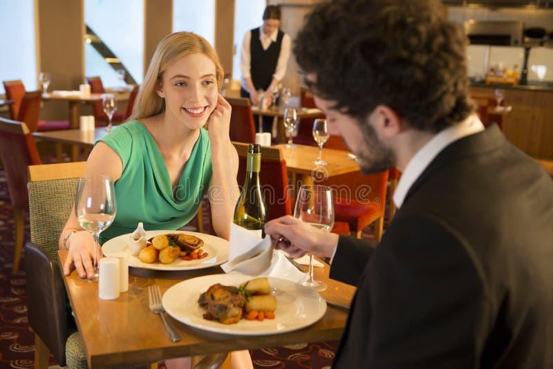 在餐馆的年轻夫妇 库存照片