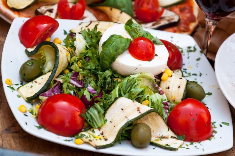 在餐馆的素食沙拉 库存照片