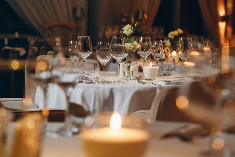 在餐馆碗筷的豪华典雅的桌设置晚餐 免版税库存照片