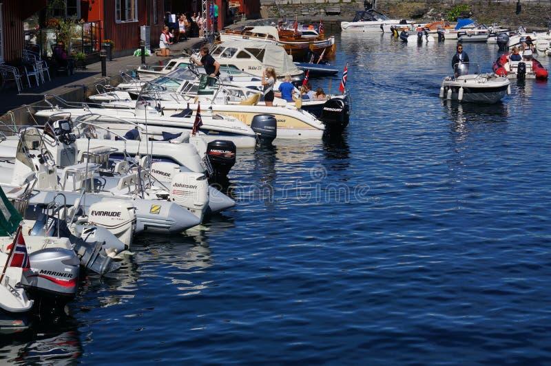 在餐馆被停泊的小船,挪威前面 库存照片