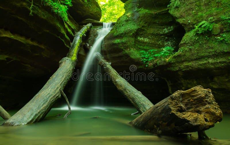 在饥饿的岩石的小瀑布 库存图片