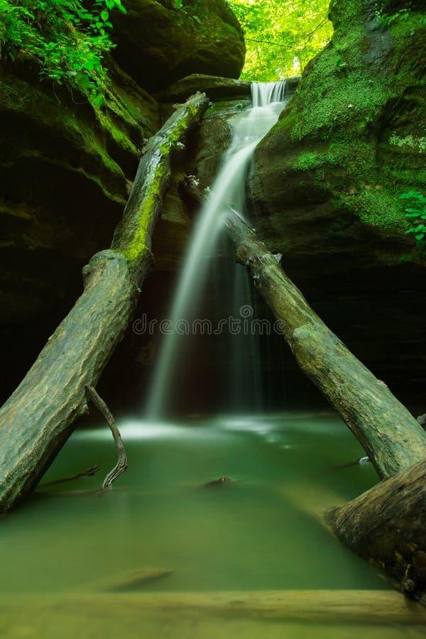 在饥饿的岩石的小瀑布 免版税库存照片
