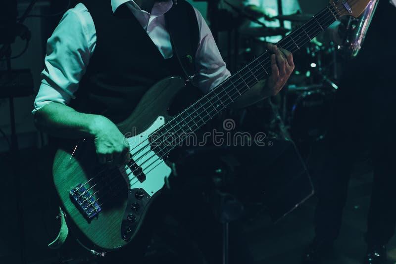 在饭店举行婚礼的音乐家弹吉他 爵士乐集 酒吧现场音乐表演 免版税库存照片