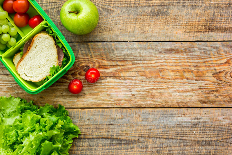 在饭盒的健康食物在学校木桌背景顶视图大模型的晚餐的图片