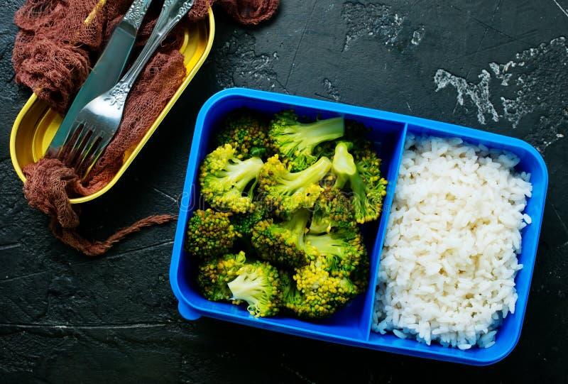 在饭盒的食物 免版税库存图片