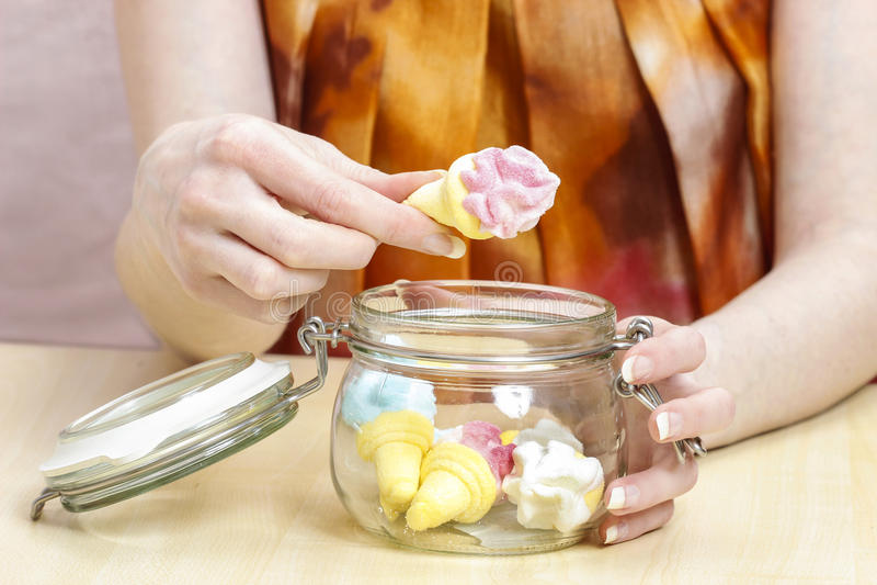 在饭食之间的女孩吃的甜点 库存图片
