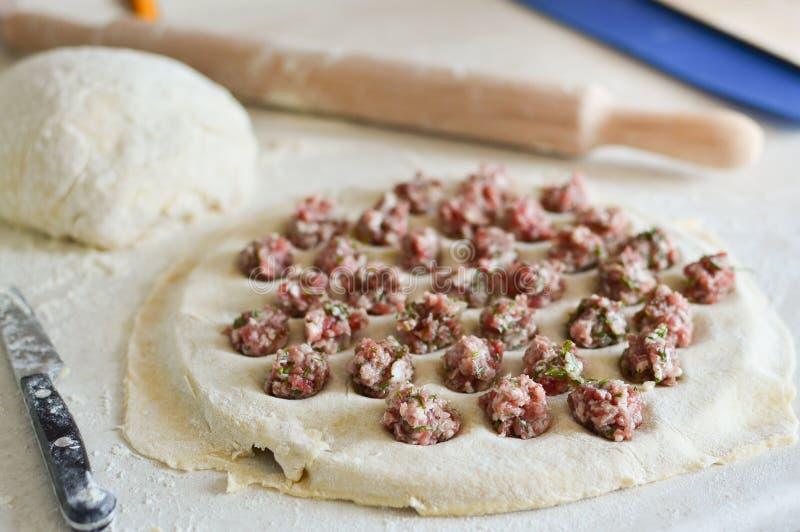 在饺子的自创饺子 饺子用在一张桌上的肉末用面粉 r 免版税图库摄影