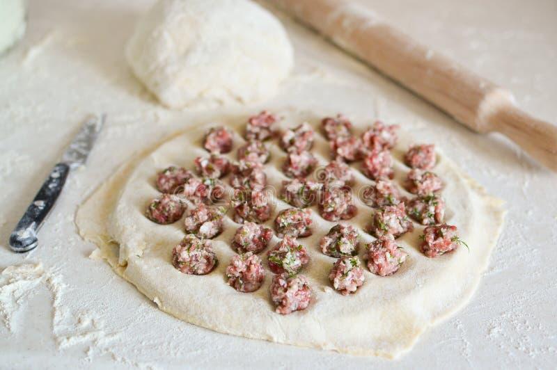 在饺子的自创饺子 饺子用在一张桌上的肉末用面粉 r 免版税库存图片