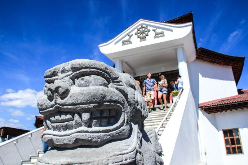 在首都克孜勒的中央佛教寺庙 荐骨的动物雕塑 免版税库存图片