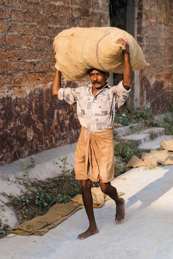 在香料工厂的坚苦工作在高知,印度 免版税库存照片