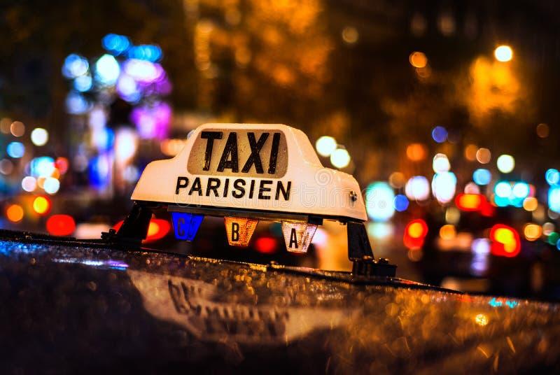 在香榭丽舍大街的出租车在巴黎,法国 免版税库存照片