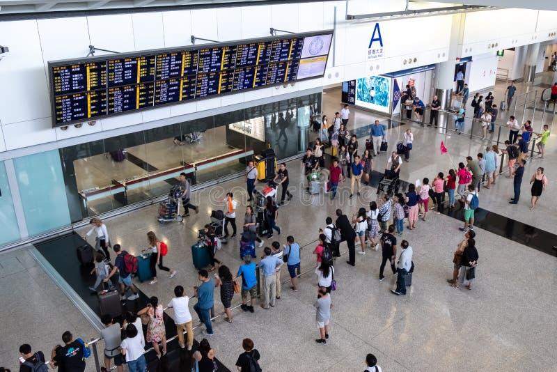 在香港国际机场的乘客到来 免版税库存图片