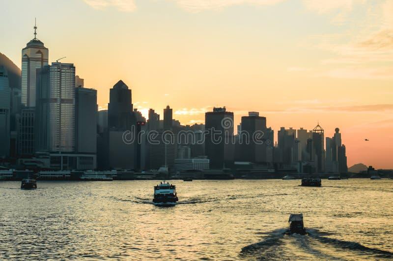 在香港地平线的美好的橙色日落 库存照片