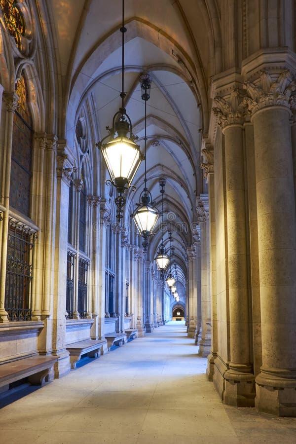 在香港大会堂Rathaus前面的被成拱形的段落在维也纳,澳大利亚 免版税库存照片