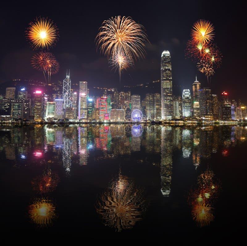 在香港市的烟花节日有水反射的 库存照片
