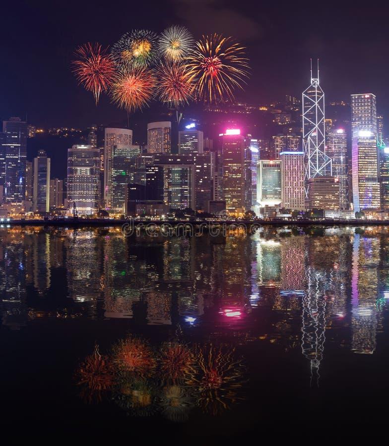 在香港市的烟花节日有水反射的 免版税库存图片