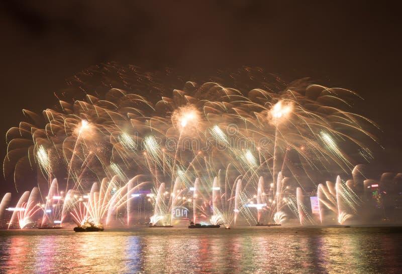 在香港新年庆祝的烟花2017年在维多利亚港口 库存图片