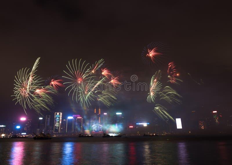 在香港新年庆祝的烟花2017年在维多利亚港 免版税图库摄影
