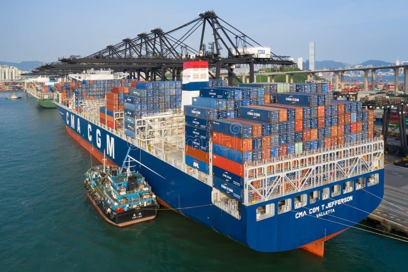 在香港集装箱码头装载的船 免版税库存图片