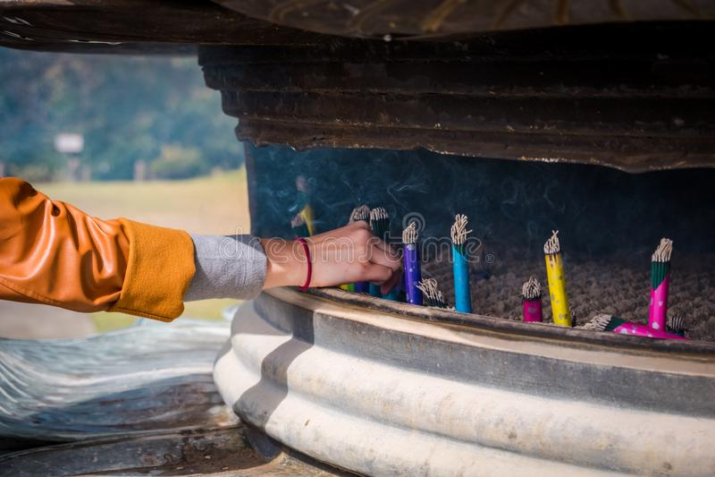 在香炉的日本香火棍子 免版税图库摄影