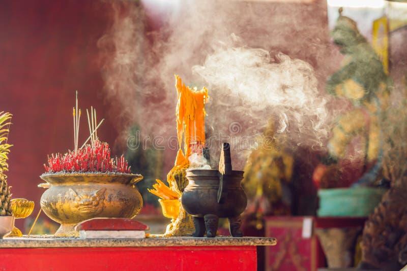 在香罐的香火棍子在佛教生活P中烧并且抽薪水尊敬的对菩萨,对菩萨的尊敬用途 免版税库存照片