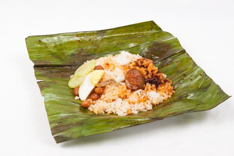 在香蕉叶子的原始的传统简单的nasi lemak 库存图片