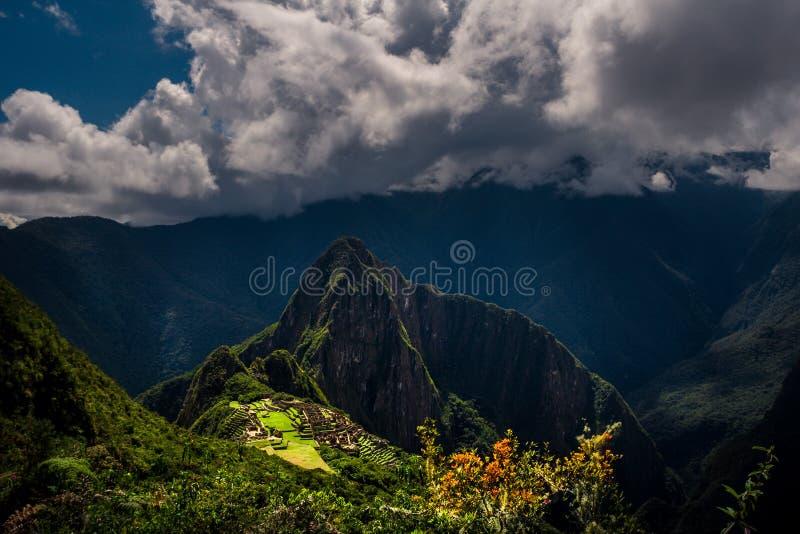 在马丘比丘/Huayna Picchu山的庄严鸟瞰图 图库摄影