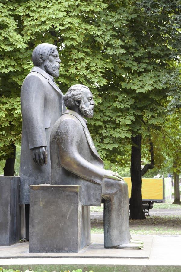 在马克思恩格斯论坛的卡尔・马克思和弗里德里希・恩格斯纪念碑 库存照片