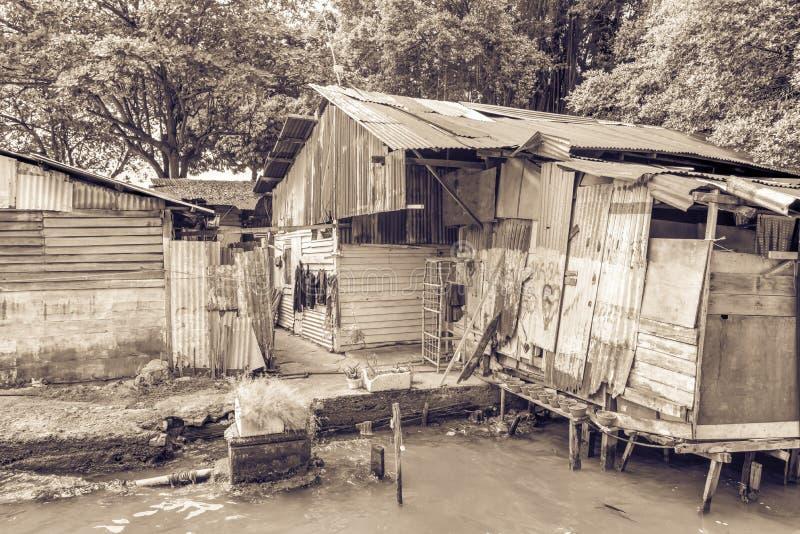 在马六甲河附近的葡萄酒老棚子贫民窟房子 库存照片