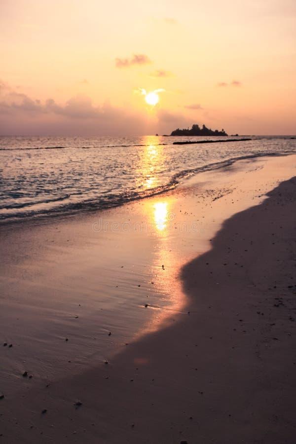 在马尔代夫海岛海滩、海岛和太平洋的日落 免版税图库摄影