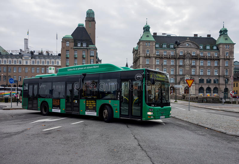 在马尔摩,瑞典供以人员狮子的城市公共汽车 库存图片