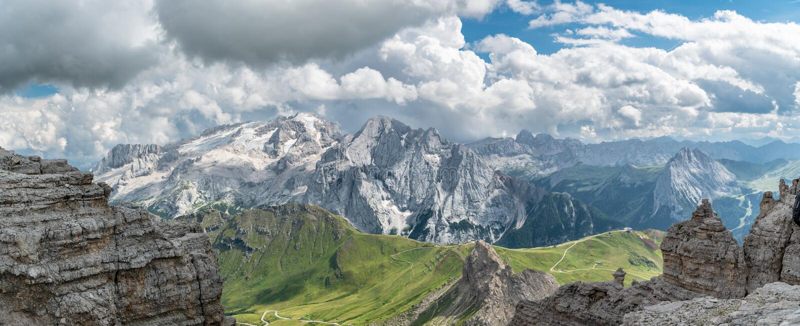 在马尔莫拉达山峰顶的全景,在白云岩的高山 库存照片