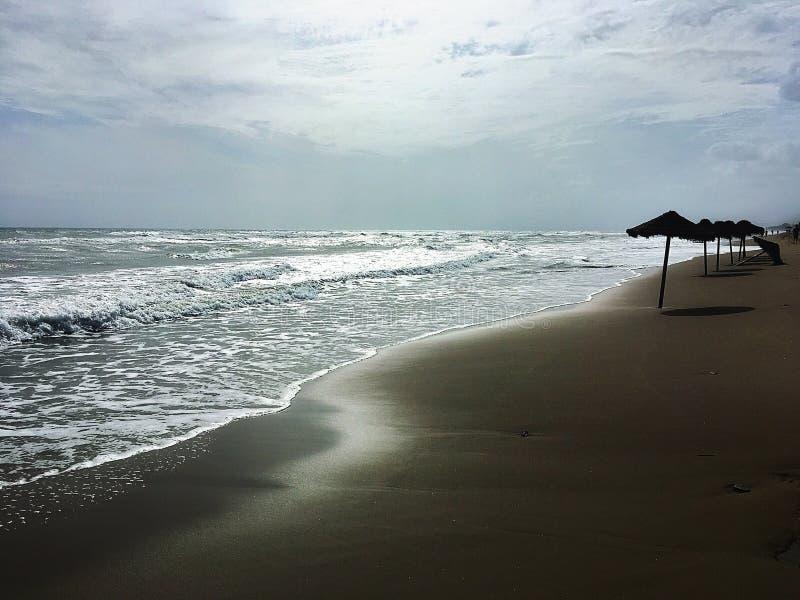 在马尔韦利亚海滩的多云夏天 库存照片
