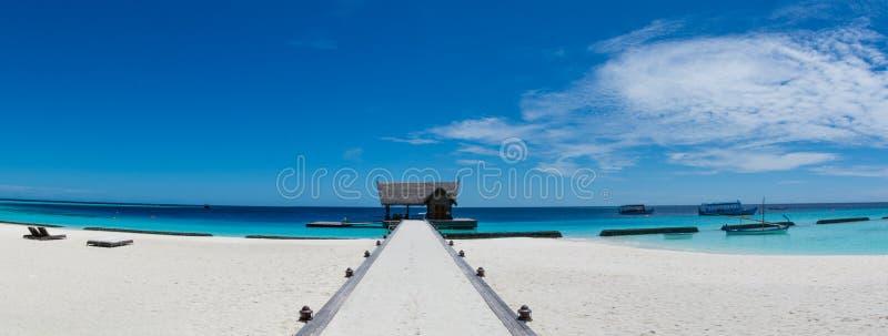 在马尔代夫的热带海滩海岛全景风景 图库摄影