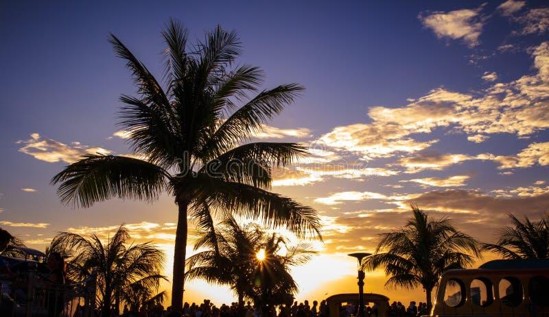 在马尼拉海湾的人观看的suset 库存图片