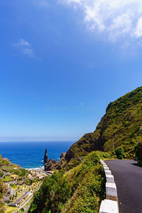 在马德拉岛-葡萄牙的海岸的剧烈的岩石 库存图片