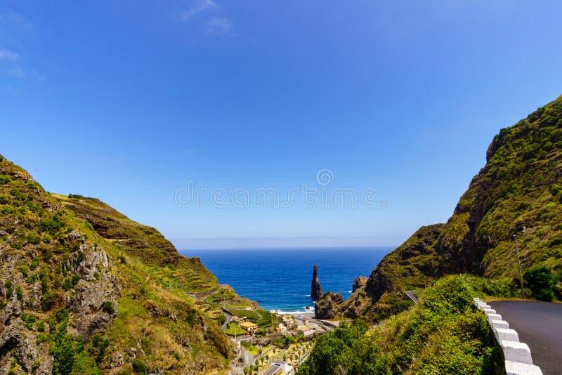 在马德拉岛-葡萄牙的海岸的剧烈的岩石 免版税库存照片