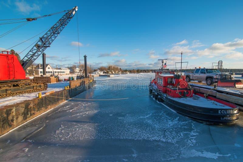 在马德琳海岛上的冷的冻冬天船坞在苏必利尔湖畔的威斯康辛北部 库存图片
