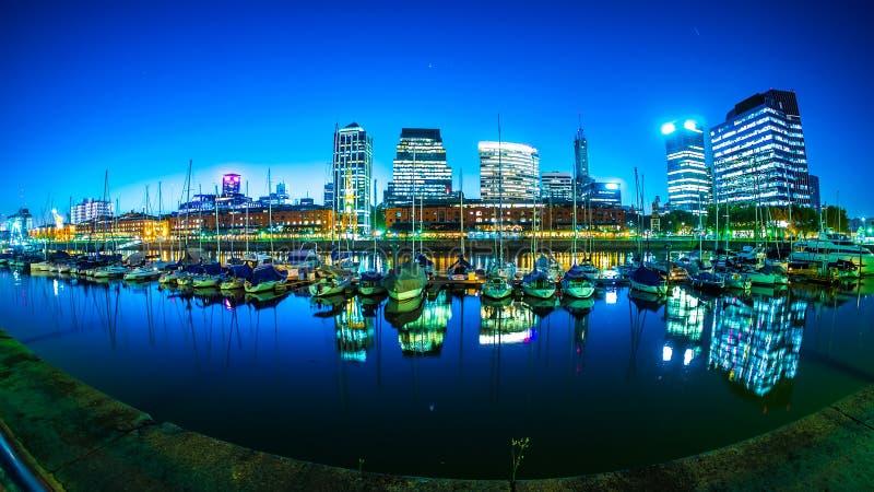 在马德罗港的看法在布宜诺斯艾利斯在阿根廷 免版税库存照片