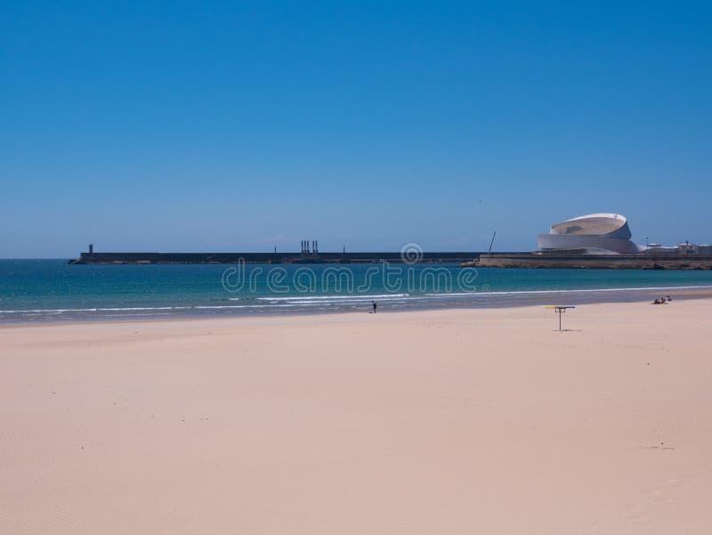 在马托西纽什海滩的看法在波尔图,往口岸的葡萄牙与灯塔和巡航终端 库存照片