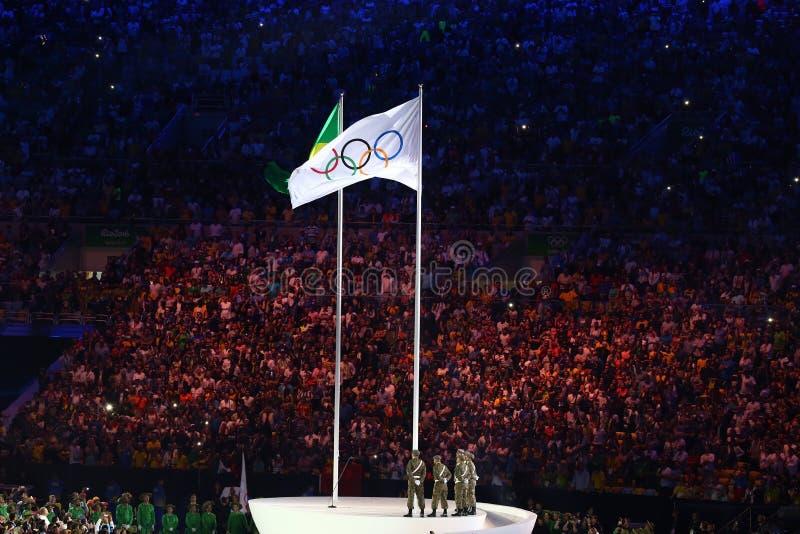 在马拉卡纳奥林匹克体育场的奥林匹克旗子在里约2016夏天期间奥运会开幕式在里约热内卢 免版税图库摄影